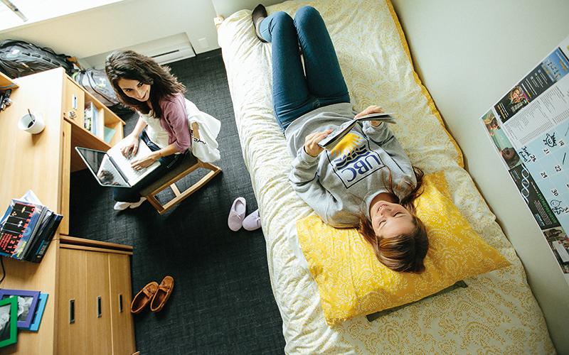هم اتاقی ها در خوابگاه دخترانه